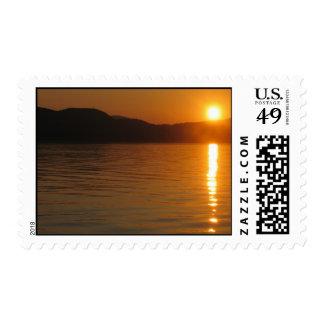 Puesta del sol sobre franqueo del fiordo sellos postales