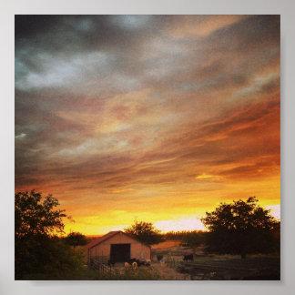 Puesta del sol sobre granero póster