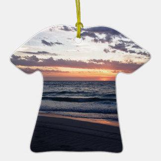 Puesta del sol sobre la bahía de Jurien, Australia Adorno De Cerámica En Forma De Playera