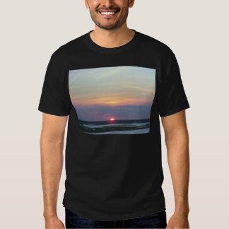 Puesta del sol sobre la bahía en Margate, NJ Remera