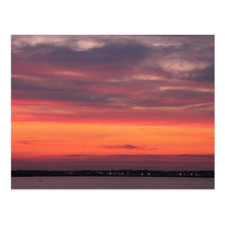 puesta del sol sobre la bahía postales