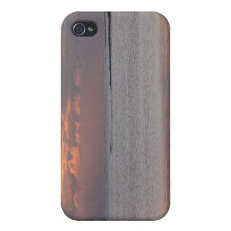 Puesta del sol sobre la caja de iPod del mar iPhone 4 Protector