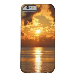 Puesta del sol sobre la caja del teléfono celular funda para iPhone 6 barely there
