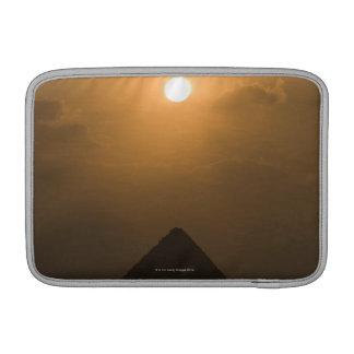 Puesta del sol sobre la gran pirámide fundas MacBook