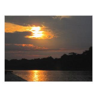 Puesta del sol sobre la impresión de la foto del