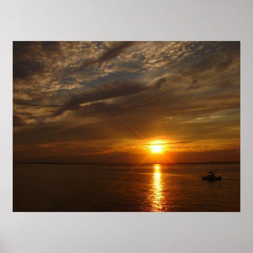 Puesta del sol sobre la isla del fuego posters