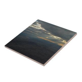 Puesta del sol sobre la montaña azulejos