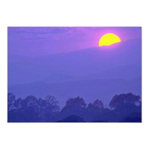 """Puesta del sol sobre la montaña invitación 5"""" x 7"""""""