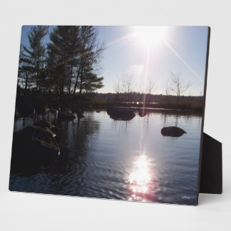 Puesta del sol sobre la placa del lago