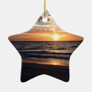 Puesta del sol sobre la playa prístina en la bahía adorno de cerámica en forma de estrella