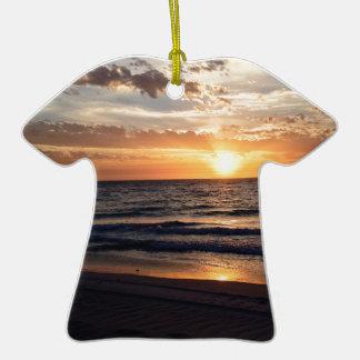 Puesta del sol sobre la playa prístina en la bahía adorno de cerámica en forma de playera