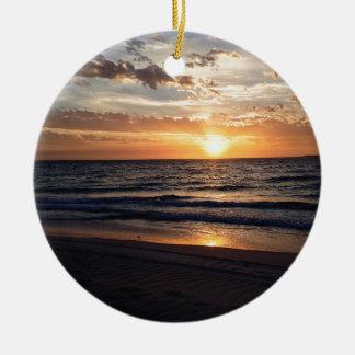Puesta del sol sobre la playa prístina en la bahía adorno redondo de cerámica