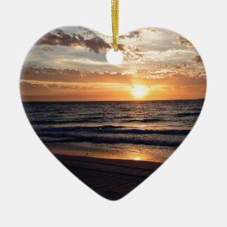 Puesta del sol sobre la playa prístina en la bahía adorno de cerámica en forma de corazón
