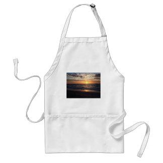 Puesta del sol sobre la playa prístina en la bahía delantal
