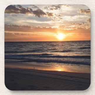 Puesta del sol sobre la playa prístina en la bahía posavaso