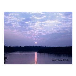 Puesta del sol sobre la postal del lago falls