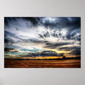 Puesta del sol sobre los campos de trigo Skyscape Póster