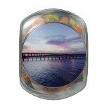 Puesta del sol sobre los regalos del agua jarrones cristal