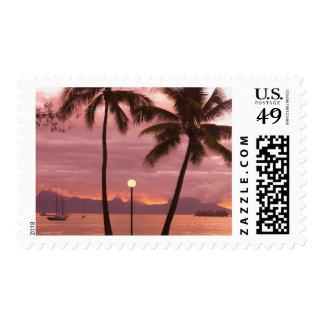 Puesta del sol sobre Moorea de la playa de Sofitel Timbres Postales