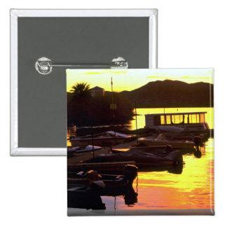 Puesta del sol sobre muelle del barco en el aterri pins