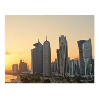 Puesta del sol sobre postal de Doha, Qatar
