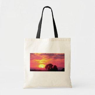 Puesta del sol sobre tierras de labrantío, gran su bolsas
