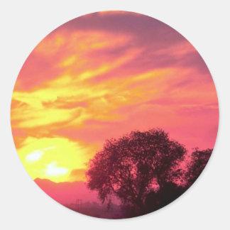 Puesta del sol sobre tierras de labrantío gran su etiquetas