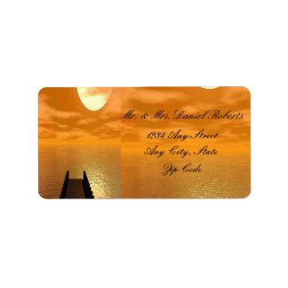 Puesta del sol sobre un boda del muelle etiquetas de dirección