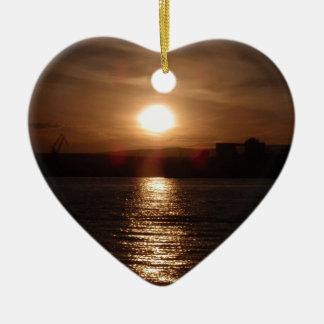 Puesta del sol sobre un lago ornamento para arbol de navidad