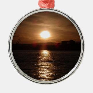 Puesta del sol sobre un lago ornamentos de reyes