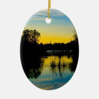 Puesta del sol sobre un lago adorno de reyes