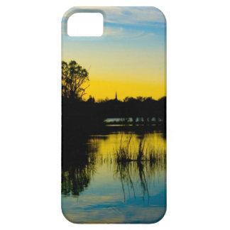 Puesta del sol sobre un lago iPhone 5 carcasa