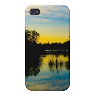 Puesta del sol sobre un lago iPhone 4 cárcasas