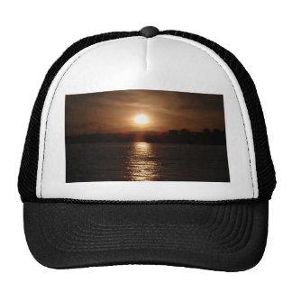 Puesta del sol sobre un lago gorra