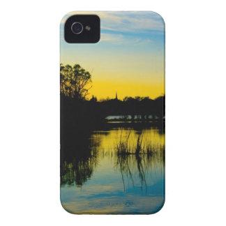 Puesta del sol sobre un lago iPhone 4 carcasa