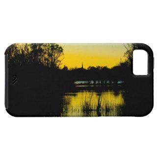 Puesta del sol sobre un lago iPhone 5 carcasas