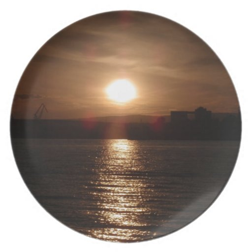 Puesta del sol sobre un lago platos de comidas