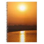 Puesta del sol soleada de la tarde cuaderno