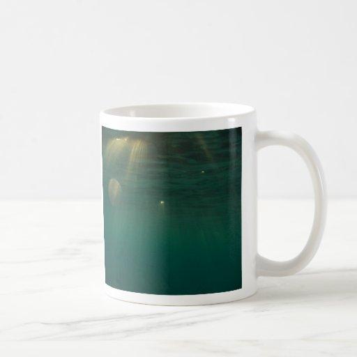 Puesta del sol subacuática tazas de café