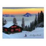 Puesta del sol suiza de la montaña de la estación tarjeta postal