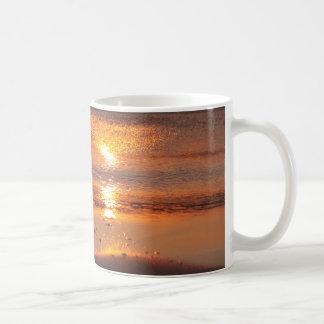 Puesta del sol, taza de café