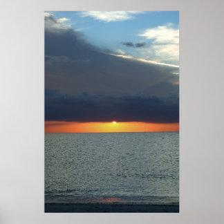 Puesta del sol tempestuosa de muchos colores póster