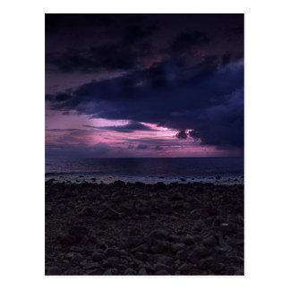 Puesta del sol tempestuosa tarjeta postal