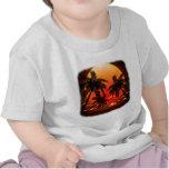 Puesta del sol tópica caliente y palmeras camisetas