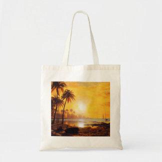 Puesta del sol tropical con la bolsa de asas de lo