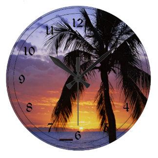 Puesta del sol tropical con la palmera relojes de pared