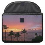 Puesta del sol tropical de Hawaii en la playa Funda Para Macbook Pro