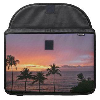 Puesta del sol tropical de Hawaii en la playa Funda Para Macbooks