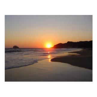 Puesta del sol tropical de la playa postales