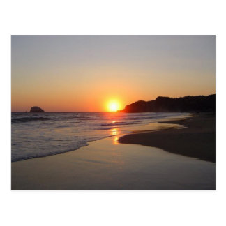 Puesta del sol tropical de la playa postal
